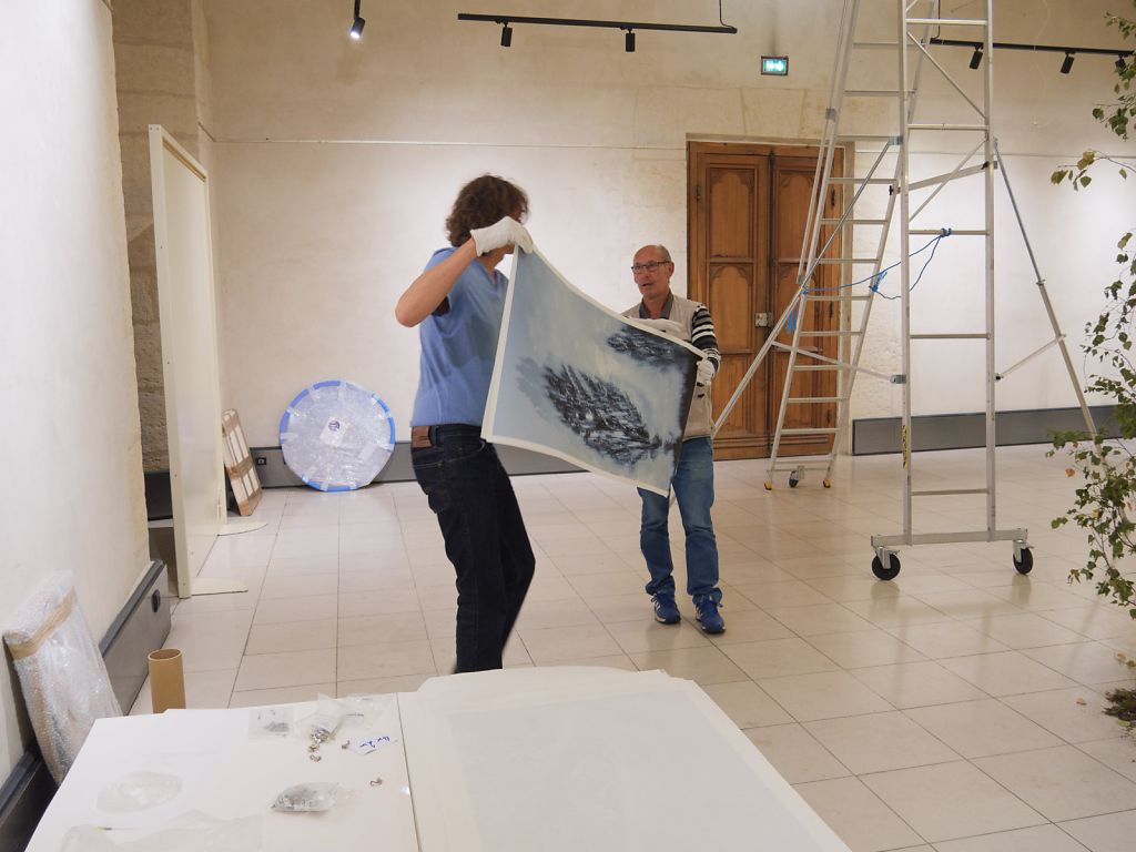 Preparing the exhibition with the support of the festival team of Nevers